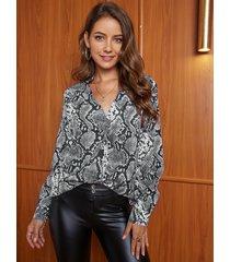 blusa gris de manga larga con cuello en v de serpiente