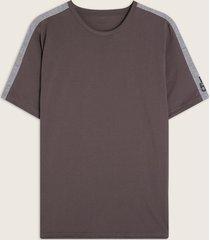 camiseta cuello redondo cortes en hombro y screen en manga-l