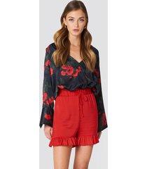 na-kd shirred waist frill shorts - red