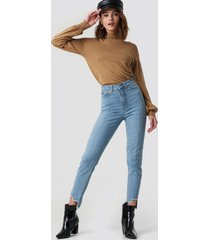 na-kd high rise slim asymmetric hem jeans - blue