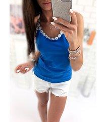 camiseta de tirantes con ribete de encaje y crochet azul oscuro cuello