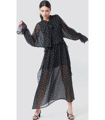 na-kd trend tie collar printed maxi dress - black