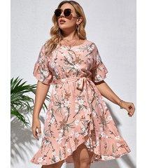 vestido de media manga con diseño de cinturón con estampado floral de talla grande