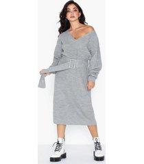 nly trend belted knit dress långärmade klänningar
