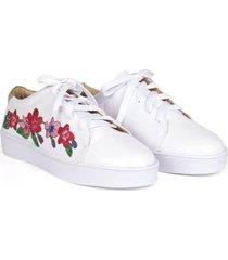 tenis en cuero blanco flores bordadas verislia cristian