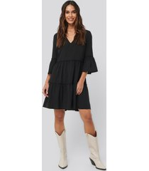 na-kd boho v-neck ruffle dress - black