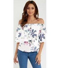 blusa blanca con hombros descubiertos y estampado floral al azar