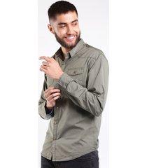 camisa hombre bolsillos frontales y boton de broche verde