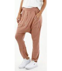 pantalón de mujer, silueta amplia tipo jogger, color café