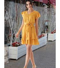 vestido con dobladillo con volantes y cuello en v con cinturón amarillo