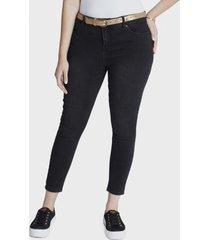 jeans pitillo con cinturon negro curvi