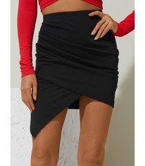 minifalda negra con dobladillo asimétrico de cintura alta de yoins