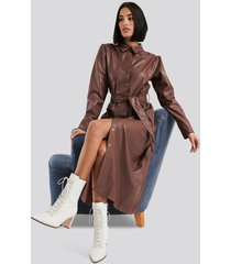 na-kd faux leather belted shirt midi dress - brown