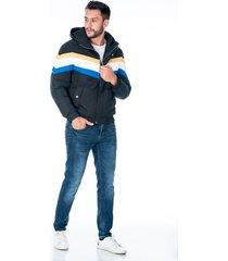 chaqueta negra con capota, cremallera y tapa. diseño de franjas y bolsillos laterales