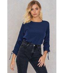 andrea hedenstedt x na-kd drawstring blouse - blue