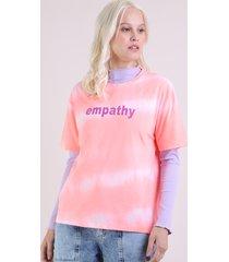 "blusa feminina ampla ""empathy"" estampada tie dye manga curta decote redondo coral"