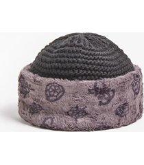 czapka w szkocką kratę