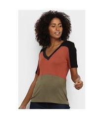 camiseta acostamento gola v feminina