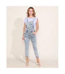 macacão jeans feminino skinny cropped marmorizado com rasgos azul claro