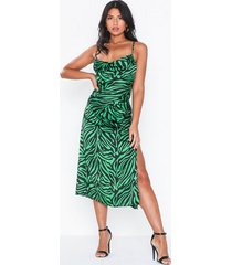 nly eve waterfall satin midi dress loose fit