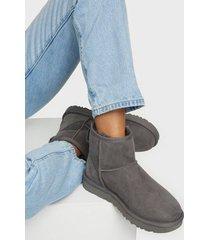 ugg w classic mini ii flat boots grå