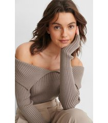 na-kd trend off-shoulder stickad tröja - brown