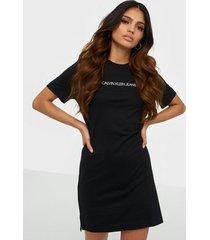 calvin klein jeans institutional t-shirt dress klänningar