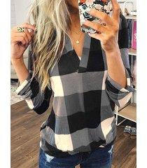 blusa con dobladillo curvo con cuello en v a cuadros en color negro