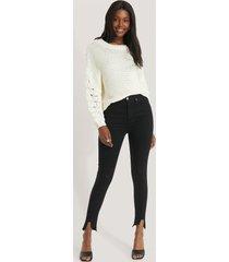 na-kd reborn jeans med asymmetrisk fåll och superhög midja - black