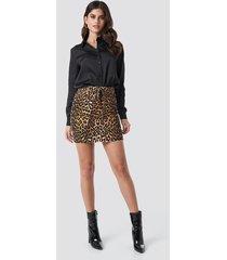 na-kd trend belted leopard denim skirt - brown