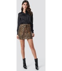 na-kd trend belted leopard denim skirt - multicolor