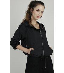 jaqueta corta vento feminina com capuz e bolsos preta