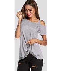 camiseta gris de manga corta torcida con un hombro