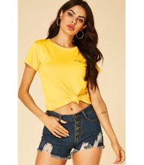 camiseta amarilla de manga corta con cuello redondo y estampado de letras