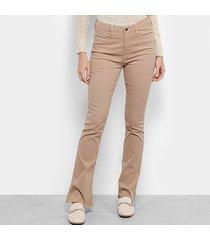 calça sarja flare carmim barra desfiada cintura média feminina