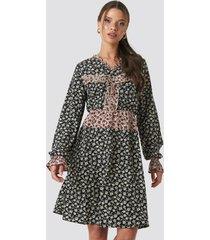 na-kd boho patch-print frill detail dress - multicolor
