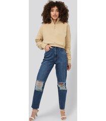 hanna-martine x na-kd mom jeans med hög midja och slitna detaljer - blue
