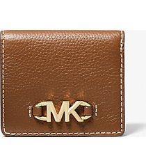mk portafoglio a libro izzy piccolo in pelle martellata con logo - cuoio (marrone) - michael kors