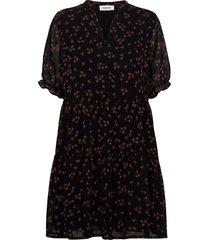 erica print dress knälång klänning svart modström