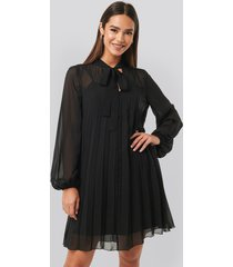 na-kd tie neck pleated mini dress - black