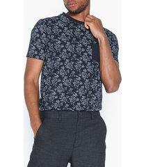 tailored originals t-shirt - napier flower t-shirts & linnen insignia blue