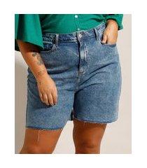 bermuda plus size jeans marmorizada cintura alta com barra desfiada azul médio