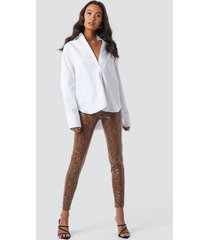 na-kd trend snake print coated pants - multicolor