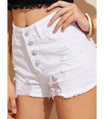shorts de mezclilla rasgados con botones blancos en la parte delantera