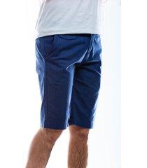 bermuda azul para hombre con bolsillos laterales y solapa trasera.