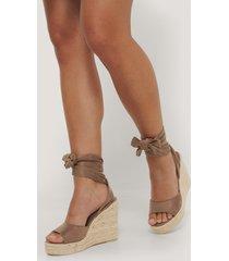 anika teller x na-kd skor med kilklack och vristknytning - brown