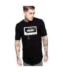 camiseta masculina oversized long line retrô fita k7