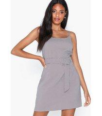 missguided herringbone check belted dress klänningar