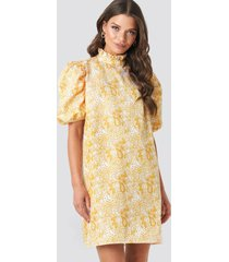 emilie briting x na-kd puff sleeve mini dress - yellow