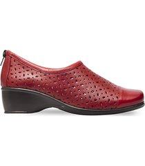 zapato casual en cuero cerrado detalle perforado rojo caprino